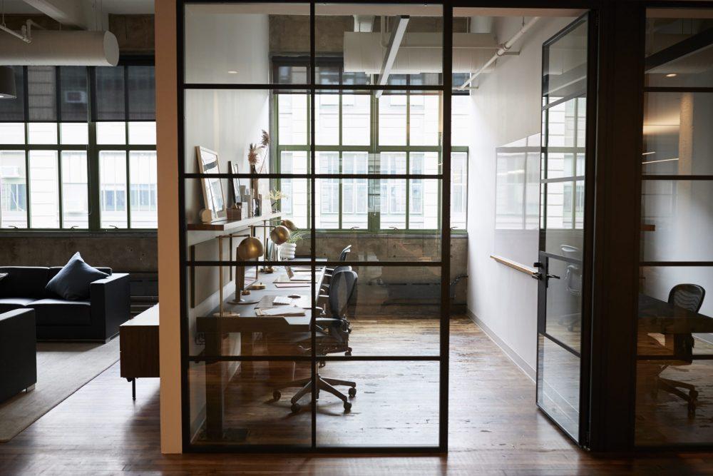 Installation de division de bureau en verre - Vitrerie Léon Charlebois